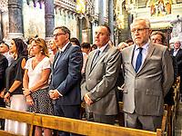 Comme chaque annee, les autorites civiles et religieuses de Lyon etaient reunies le 8 septembre, fete de la nativite de la Vierge Marie, pour le renouvellement du v&oelig;u des Echevins.<br /> Cette fete tire son origine du v&oelig;u fait par les echevins, le 12 mars 1643.La peste sevit alors &agrave; Lyon (il s&rsquo;agissait en fait du scorbut)le prevot des marchands, ancetre de la fonction de maire, et quatre echevins demandent &agrave; la Vierge Marie de proteger la ville d&rsquo;une epidemie et promettent de faire un pelerinage a Fourviere et d'offrir un ecu d'or ainsi que sept livres de cire blanche.<br /> Peu de temps apres, l'epidemie recule, leur voeu est exauce, en grande partie grace aux progres en matiere d&rsquo;hygiene dans la ville. <br /> Depuis, chaque 8 septembre, le maire de Lyon et les elus montent a Fourviere perpetuer cet engagement. Depuis le balcon de la Basilique, l'archeveque benit la ville avec le Saint Sacrement. Trois coups de canon annoncent cette benediction.