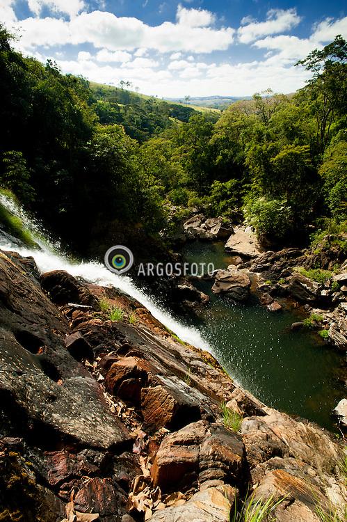 Cachoeira do Rolinho, tambem conhecida como Cachoeira do Rolim. Fica a 40 km de Sao Roque de Minas, a cachoeira mais alta da Serra da Canastra, com cerca de 300 metros. Dependendo do volume de agua, o rio que forma a cocheira pode se dividir em ate 3 partes antes de despencar na serra./ Rolinho Waterfall, also known as Waterfall Rolim. It is 40 km from Sao Roque de Minas, is the tallest waterfall in the Serra da Canastra, about 300 meters. Depending on the volume of water, the river that forms the stables can be divided in to 3 parts before plummeting in the mountains.