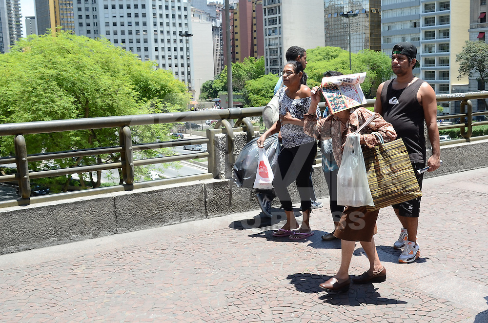 ATENCAO EDITOR: FOTO EMBARGADA PARA VEICULOS INTERNACIONAIS. SAO PAULO, SP, 06 DE NOVEMBRO DE 2012 - O sol brilha forte e paulistano vive tarde de calor, na regiao central da cidade, nesta terca feira, 06. FOTO: ALEXANDRE MOREIRA - BRAZIL PHOTO PRESS