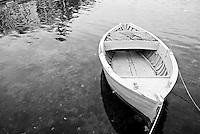 Brindisi, villaggio pescatori. barca ormeggiata in porto.