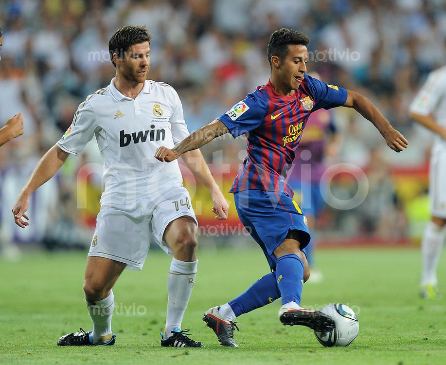 FUSSBALL  INTERNATIONAL  PRIMERA DIVISION  SAISON 2011/2012   14.08.2011 El Clasico  Super Cup 2011 Real Madrid - FC Barcelona Thiago  Alcantara (re, Barca) gegen Xabi Alonso (Real Madrid)