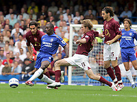 Fotball<br /> England 2005/2006<br /> Foto: Colorsport/Digitalsport<br /> NORWAY ONLY<br /> <br /> FA Barclays Premiership<br /> Chelsea v Arsenal<br /> 21st August, 2005<br /> Claude Makelele (Chelsea) Alexander Hleb and Robert Pires  (Arsenal)