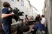 Setbezoek De Bende van Oss . In Ravenstein worden enkele scenes opgenomen.<br /> <br /> op de foto: <br /> <br />  De set met cameraman Piotr Kukla