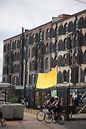 New York Brooklyn Red Hook . the old docks are becoming a trendy area, old tramway  New York, Manhattan  United states  / le quartier de Red Hook . Brooklyn , les anciens docks au bord de la mer se transforment en quartier a la mode. vieux tramway Manhattan, New York  Etats unis