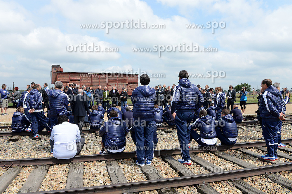 "06.06.2012, NS Lager, Oswiecim, POL, UEFA EURO 2012, Italiens Nationalteam besichtigt die beiden NS Vernichtungslager Auschwitz und Birkenau, im Bild Nazionale italiana (Italia), Oswiecim 06/06/2012 Campi di concentramento di ""Auschwitz e Birkenau "", Visita Nazionale Italia ai campi di concentramento di ""Auschwitz e Birkenau "", Calcio, Football, 2012, European Championship, Campionato Europeo, Euro 2012, Foto Insidefoto Alessandro Sabattini. EXPA Pictures © 2012, PhotoCredit: EXPA/ Insidefoto/ Alessandro Sabattini..***** ATTENTION - for AUT, SLO, CRO, SRB, SUI and SWE only *****"