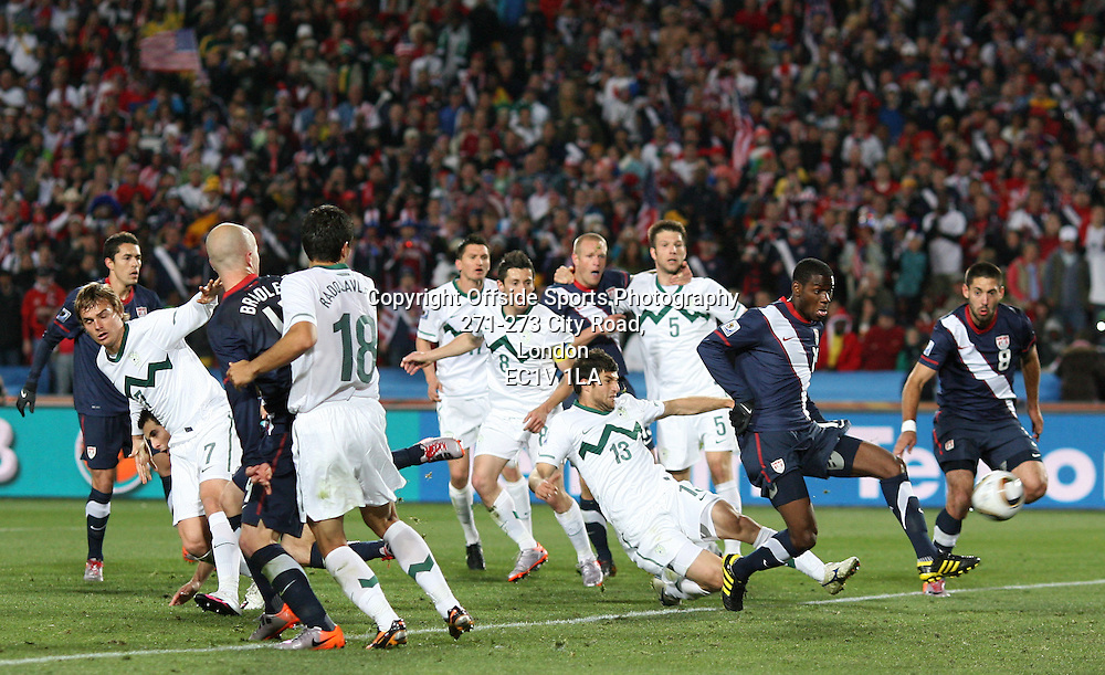 18/06/2010 - 2010 FIFA World Cup - Slovenia vs. USA - Maurice Edu of USA (R) scores a late goal, only to have it disallowed - Photo: Simon Stacpoole / Offside.