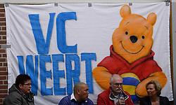 10-11-2013 VOLLEYBAL: VV ALTERNO - VC WEERT: APELDOORN<br /> Alterno wint met 3-0 van Weert / Spandoek VC Weert, volleybal item creative<br /> &copy;2013-FotoHoogendoorn.nl