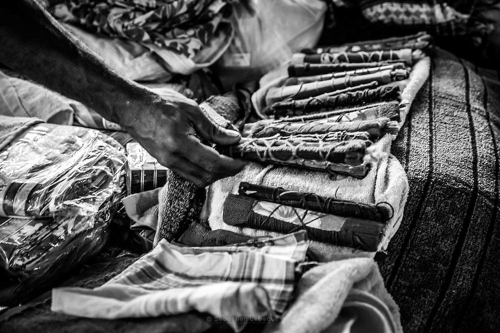 NOUVELLE CALEDONIE, Canala - Coutume du mariage Kanak -2 jours avant le mariage coutumier -  Préparation de la coutume, dépos des manu, de billets et de tabac, couvert par des monaies Kanak.  La troisieme etape concerne les coutumes des clans allies du clan de l'epoux. D'abord entrent les clans de la tribu, des tribus voisines et des clans ettendu jusqu'a Sarramea de l'autre cote de la chaine centrale. L'odre d'entree correspond à un rang au niveau de leur relations familialles, puis du rang ou ancienneté du clan dans la tribu, ou dans la chefferie -  Aire Coutumiere de XARACUU - Canala - Tribu de Nanon-Kenerou - Le Caillou - Septembre 2013