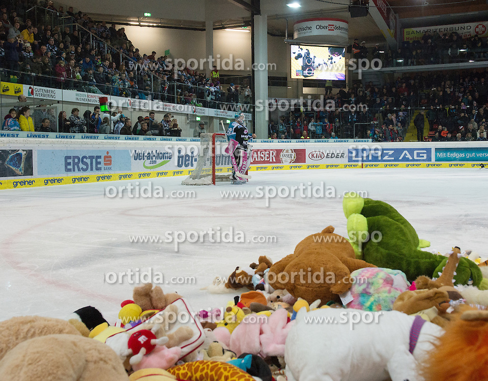 05.12.2015, Keine Sorgen Eisarena, Linz, AUT, EBEL, EHC Liwest Black Wings Linz vs HC TWK Innsbruck Die Haie, 27. Runde, im Bild Linz feiert das 1 zu 0 mit dem Teddy Bear Toss Michael Ouzas (EHC Liwest Black Wings Linz) // during the Erste Bank Icehockey League 27thround match between EHC Liwest Black Wings Linz and HC TWK Innsbruck  Die Haie at the Keine Sorgen Icearena, Linz, Austria on 2015/12/05. EXPA Pictures © 2015, PhotoCredit: EXPA/ Reinhard Eisenbauer
