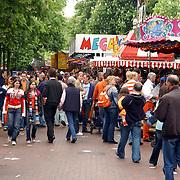 NLD/Hilversum/20050430 - Koninginnedag 2005, drukte op kermis Groest