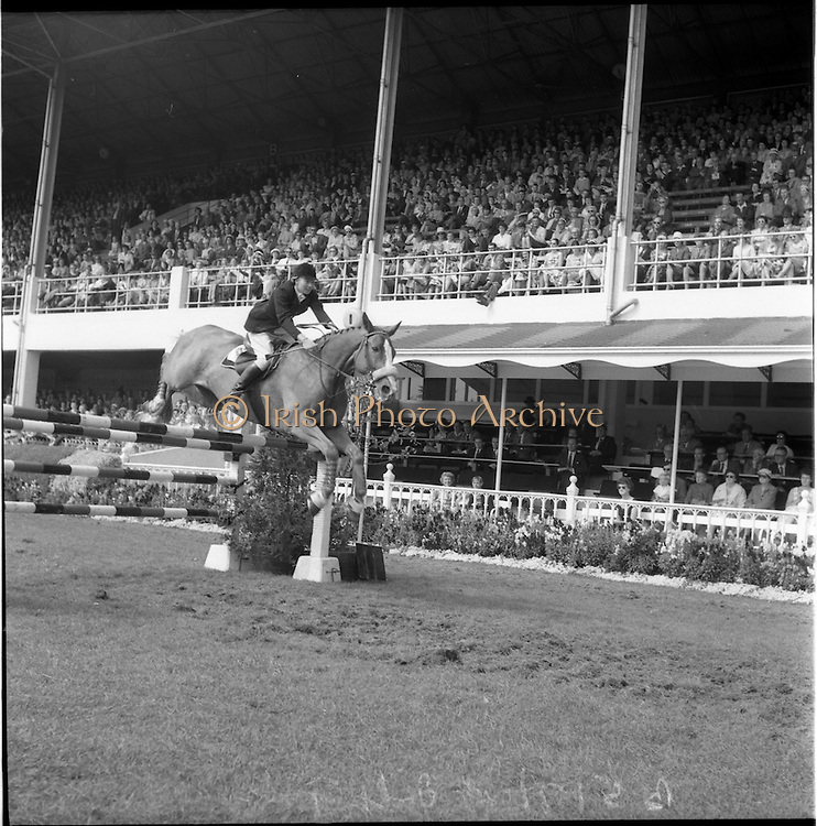 "06/08/1960<br /> 08/06/1960<br /> 06 August 1960<br /> R.D.S Horse Show Dublin (Saturday). Mrs Dawn Wofford on ""Hollandia""."