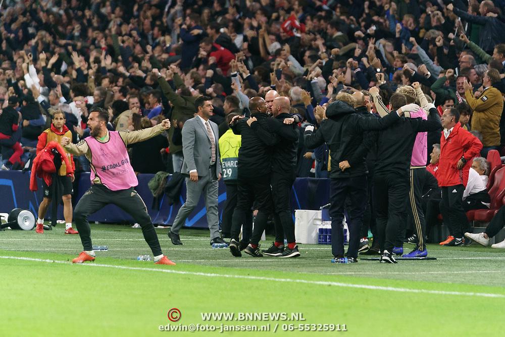NLD/Amsterdam/20181023 - Champions Leaguewedstrijd  Ajax - SL Benfica, blijdschap op de bank bij ajax na een doepunt in de 90ste minuut