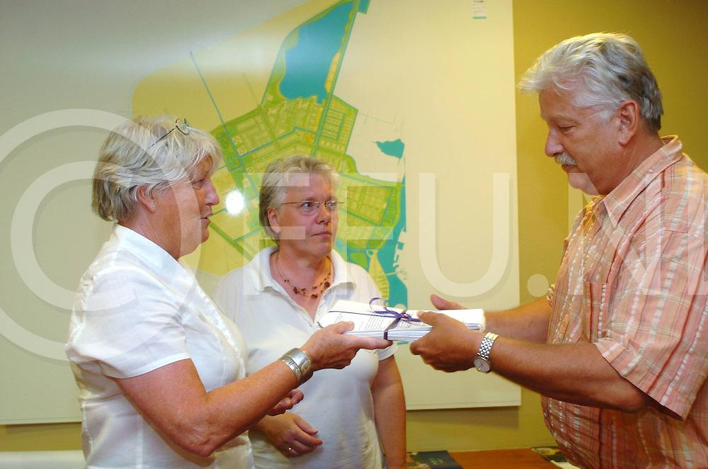 060706,zwolle,nederland,<br /> overhandiging van handtekeningen aan wethouder van dooremolen om geen watvervilla's te bouwen in het water van de milligerplas,<br /> fotografiefrankuijlenbroek&copy;2006sanderuijlenbroek