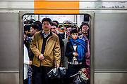 Reisende in einem Wagon der Seoul Metro im Zentrum der koreanischen Hauptstadt ...Passengers in a wagon of the Seoul Metro (subway) in the city center of the Korean capital.