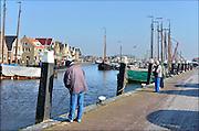 Nederland, Urk, 25-8-2011 Zicht op de oude haven van dit voormalig eiland. Passantenhaven, plezierboten, recreatiehaven,watersport,jachthaven. Sportvissers vissen met een hengel vanaf de wal.Foto: Flip Franssen/Hollandse Hoogte