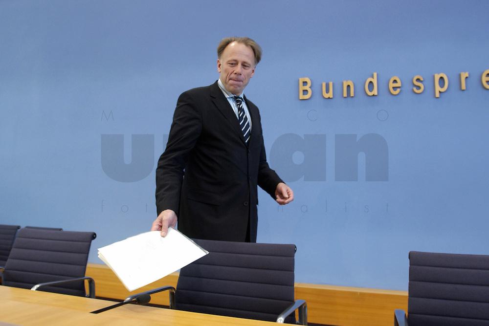 31 MAR 2004, BERLIN/GERMANY:<br /> Juergen Trittin, B90/Gruene, Bundesumweltminister, vor Beginn einer Pressekonferenz zum Kabinettsbeschuss zum Emissionshandel, Bundespressekonferenz<br /> IMAGE: 20040331-01-001<br /> KEYWORDS: J&uuml;rgen Trittin, BPK