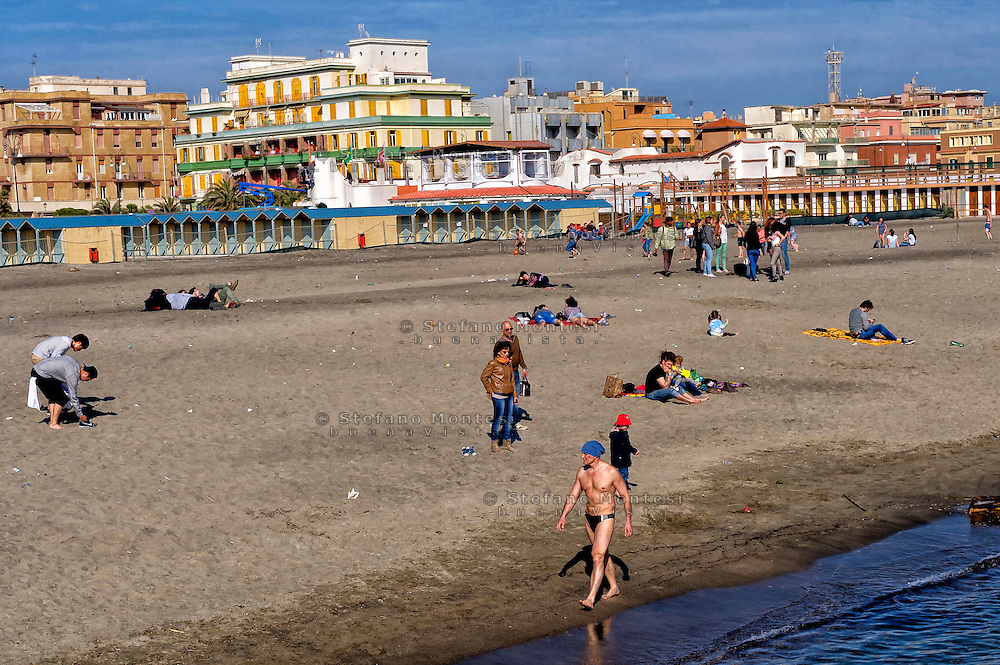 Lido di Ostia, Roma<br /> Le prime giornate di sole primaverile sulla spiaggia.<br /> Lido di Ostia, Rome<br /> The first days of spring sunshine on the beach.