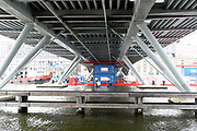 Vijf dagen voor de start van SAIL Amsterdam 2015 wordt het brugdeel van de Jan Schaeferbrug weggehaald. Eens in de vijf jaar wordt de verbinding tussen het Java-eiland en de stad Amsterdam gedemonteerd om de enorme tallships doorgang te geven tot het Sail-terrein, de Oranjehaven <br /> <br /> Op de foto:  Jan Schaeferbrug