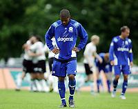 Fotball<br /> Førstedivisjon - Adeccoligaen 2005<br /> 03.07.2005<br /> Hønefoss v Pors Grenland 3-1<br /> Foto: Morten Olsen, Digitalsport<br /> <br /> Olof Hviden-Watson fortviler etter at Pors tapte