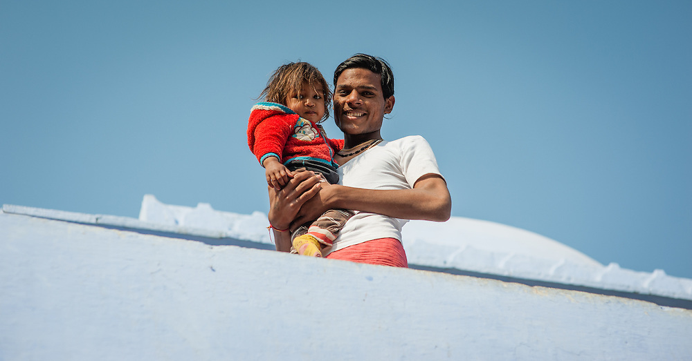Father holding daughter in balcony in Bundi (India)