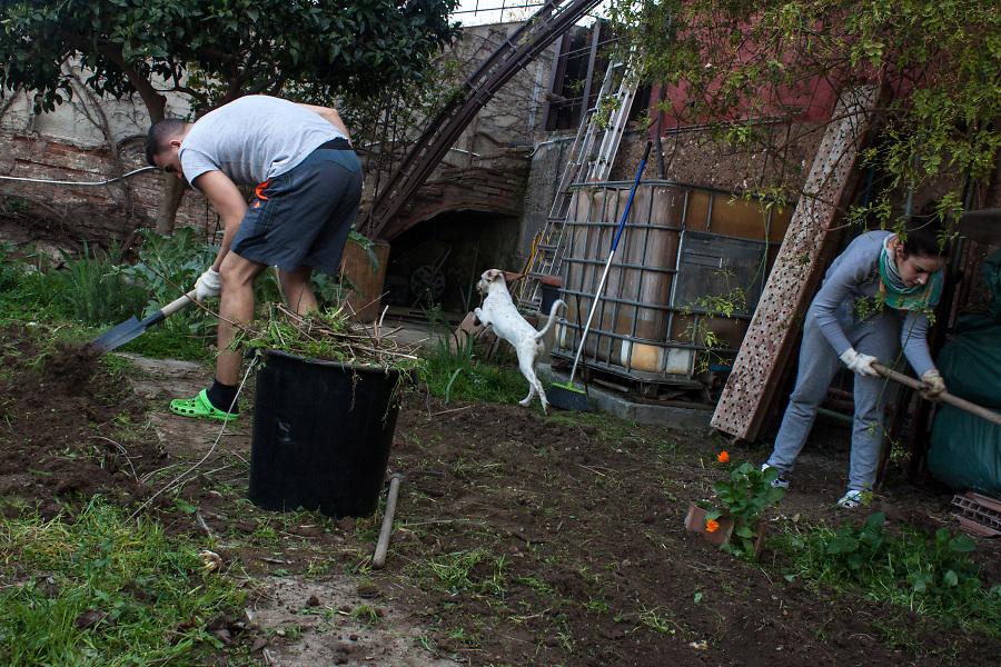 /EN/ All the family participates in the work in the vegetable garden. Here is used a composting system. /ES/ Toda la familia participa en el trabajo del huerto. Aquí se usa un sistema de compostaje.