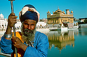 INDIA, RELIGION, SIKHISM Amritsar, the holy city of the Sikhs; Sikh guards at the Pool of Nectar in front of the Golden Temple
