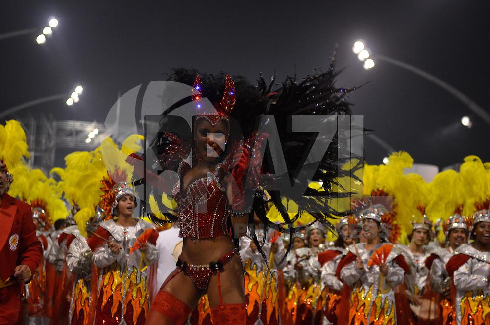 SAO PAULO, SP, 10 FEVEREIRO 2013 - CARNAVAL SP - TOM MAIOR  - Madrinha Pamela Oliveira da escola de samba Tom Maior durante desfile no segundo dia do Grupo Especial no Sambódromo do Anhembi na região norte da capital paulista, na madrugada deste domingo, 10. FOTO: LEVI BIANCO - BRAZIL PHOTO PRESS
