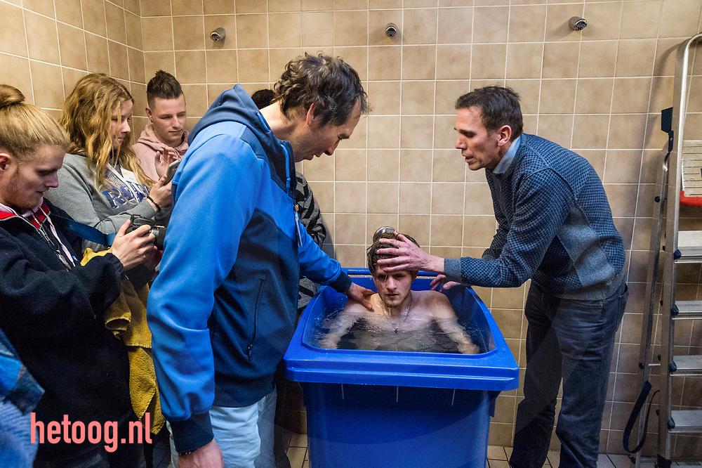 Nederland, Daarlerveen 20jan2018  In het Trefpunt Daarlerveen is deze dagen een groot evangelisatie-event, met onder meer straat- evangelisatiie. Ook werden er op zaterdagmioddag mensen gedoopt. In de doucheruimte van de sporthal  wordt Jesper Lotsy in een container gedoopt. fotografie: Cees Elzenga/hetoog.nl CE20180120 Editie: Reggestreek