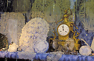 Europe, Belgium, Brussels, antique clock and Brussels lace at a shop window at the Grand Place. -..Europa, Belgien, Bruessel, antike Uhr und Bruesseler Spitze in einem Schaufenster am Grand Place.