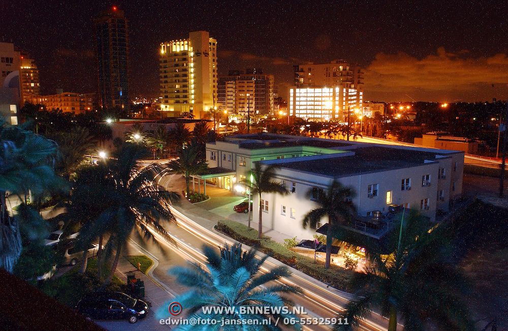 USA/Miami/20050814 - Verlichte lucht boven Miami Florida, weg,