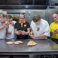 Nederland, Amsterdam, 23 november 2016.<br />Volkoren brood test bij Hartog&rsquo;s Volkorenbakkerij, Wibautstraat 77 te Amsterdam met:<br />Peter van de Ploeg (r)<br />Heeft eigen bakkerij in Callantsoog<br />Bart Schuitemaker (midden met bril)<br />Is baktechnisch adviseur<br />Jari Hendriks (2e links)<br />ROC leerling broodbakker<br />Fred Tiggelman (l)<br />Eigenaar Hartog&rsquo;s Volkorenbroodbakkerij en <br />Hein (2e) rechts.<br />&nbsp;<br /><br /><br />Foto: Jean-Pierre Jans