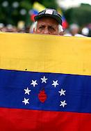 Un hombre venezolano manifiesta durante una marcha de estudientes realizada en Caracas hoy, 1 de noviembre de 2007, en rechazo al proyecto de reforma constitucional impulsado por el presidente venezolano, Hugo Chávez para diciembre próximo. Las diferentes marchas llegaron hasta la sede del Poder Electoral. (ivan gonzalez)..
