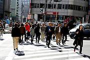 Mensen steken de straat over in Tokyo