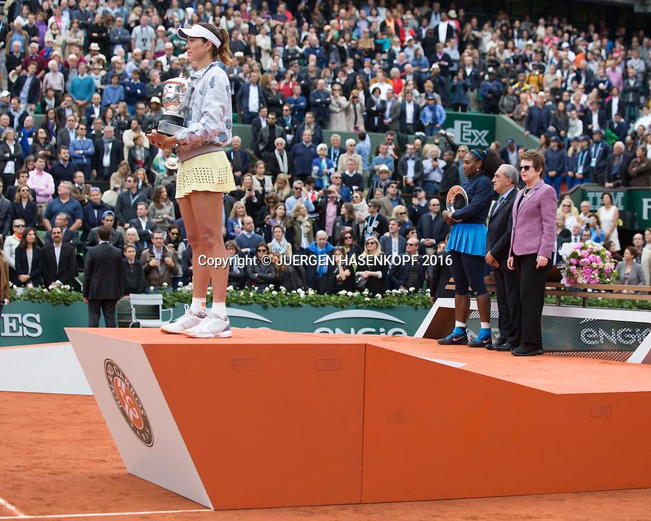 Siegerin Garbine Muguruza (ESP) haelt den Pokal waehrend die Hymne gespielt wird,im Hintergrund stehen Finalistin Serena Williams,FFT Praesident Jean Gassachin und Billie-Jean King,Damen Final, Endspiel,Praesentation<br /> <br /> Tennis - French Open 2016 - Grand Slam ITF / ATP / WTA -  Roland Garros - Paris -  - France  - 4 June 2016.