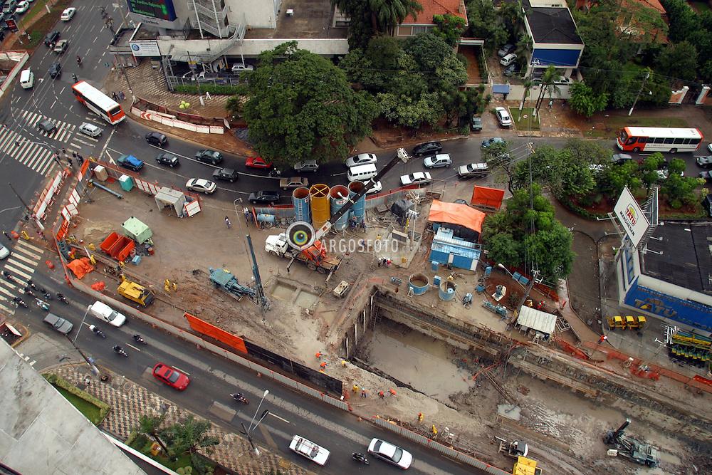 Sao Paulo,SP, Brasil,   Mar/2004.Obras de construcao do tunel sob a Av Faria Lima, na esquina com as Av Reboucas e Eusebio Matoso./ Contructions in Faria Lima Avenue with Reboucas Avenue in Sao Paulo City..Foto © Marcos Issa