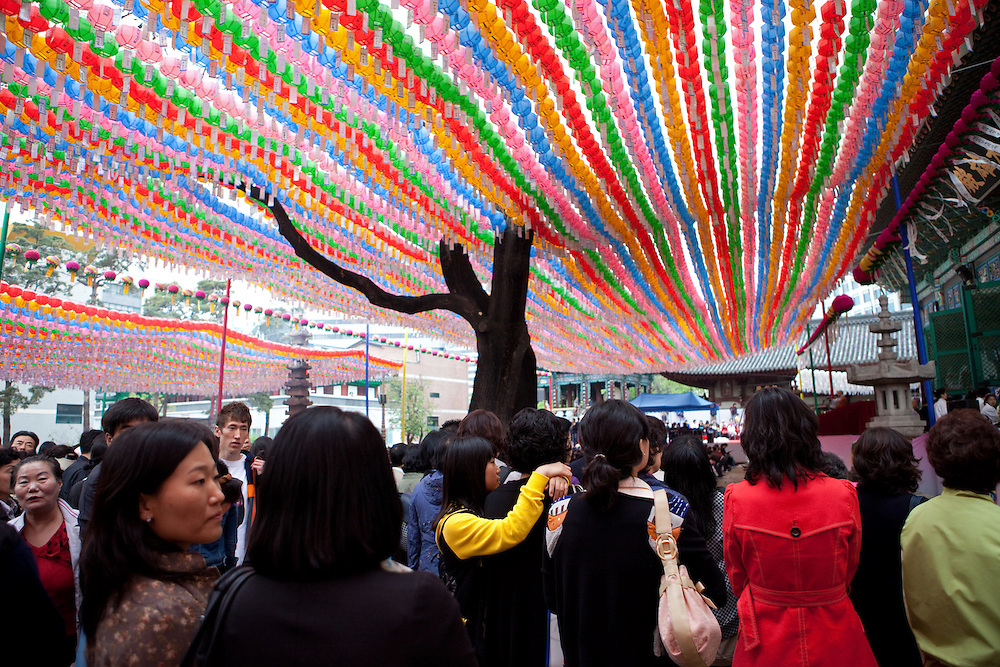 F&uuml;r die Feierlichkeiten von Buddhas Geburtstag (2. Mai 2009) werden Tempel mit bunten Lampions dekoriert. Aus den Laternen h&auml;ngen Papierstreifen mit W&uuml;nschen. Fast jeder Besucher kauft sich einen Wunschzettel, der dann mit Namen und Wunsch beschriftet an einem Lampion befestigt werden.<br /> <br /> In Korea the birthday of Buddha (2nd of May 2009) is celebrated according to the Lunisolar calendar. This day is called &quot;Seokga tansinil&quot;, meaning &quot;the day of Buddha's birthday&quot;. Lotus lanterns cover the entire temples throughout the month. Visitors can buy a paper, write a wish to that paper and fix it with their name to a lantern.