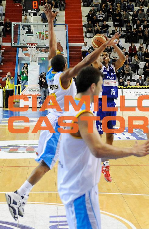 DESCRIZIONE : Cremona Lega A 2012-13 Vanoli Cremona Pallacanestro Cantu' <br /> GIOCATORE : Jeff Brooks<br /> SQUADRA : Pallacanestro Cantu' <br /> EVENTO : Campionato Lega A 2012-2013<br /> GARA :  Vanoli Cremona Pallacanestro Cantu' <br /> DATA : 10/03/2013<br /> CATEGORIA : Tiro Three Points<br /> SPORT : Pallacanestro<br /> AUTORE : Agenzia Ciamillo-Castoria/A.Giberti<br /> Galleria : Lega Basket A 2012-2013<br /> Fotonotizia : Cremona Lega A 2012-13 Vanoli Cremona Pallacanestro Cantu' <br /> Predefinita :