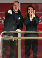 TRH The Duke and Duchess of Cambridge chear Heads Together runners past them as the official starters for the London Marathon. The Virgin Money London Marathon, 23rd April 2017.<br /> <br /> Photo: Joe Toth for Virgin Money London Marathon<br /> <br /> For further information: media@londonmarathonevents.co.uk
