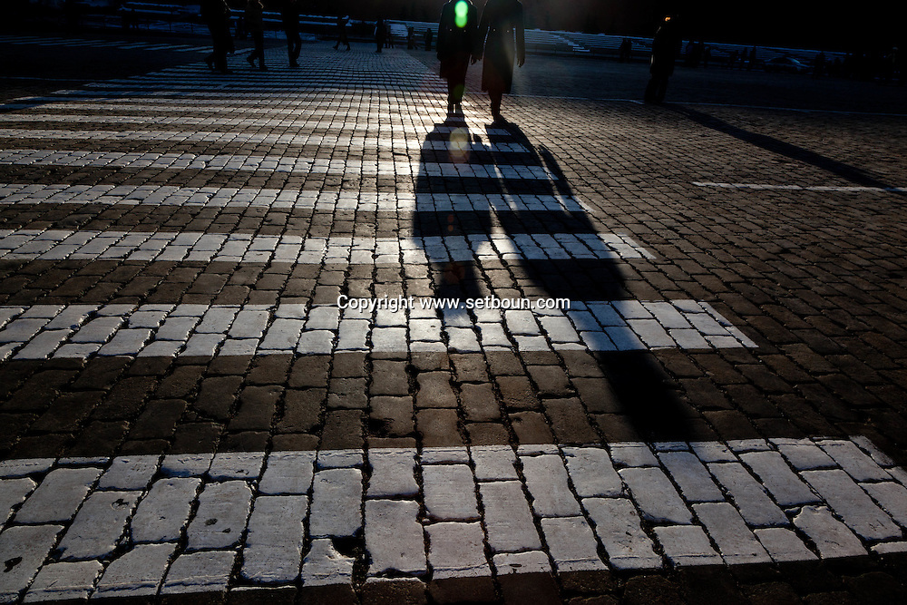 people shadows on red square Moskow Russia ///  ombre des passants sur la place rouge, Moscou Russie
