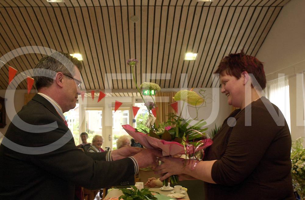 060501,dalfsen,nederland,<br /> mevr rechts krijgt bos bloemen omdat ze 25jaar bij rosegearde werkt, fotografiefrankuijlenbroek&copy;2006sanderuijlenbroek