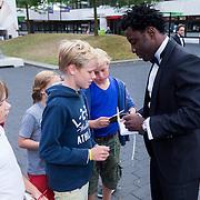 NLD/Hilversum/20130902 - Gala Voetballer van het Jaar 2013, Wilfried Bony deelt handtekeningen uit
