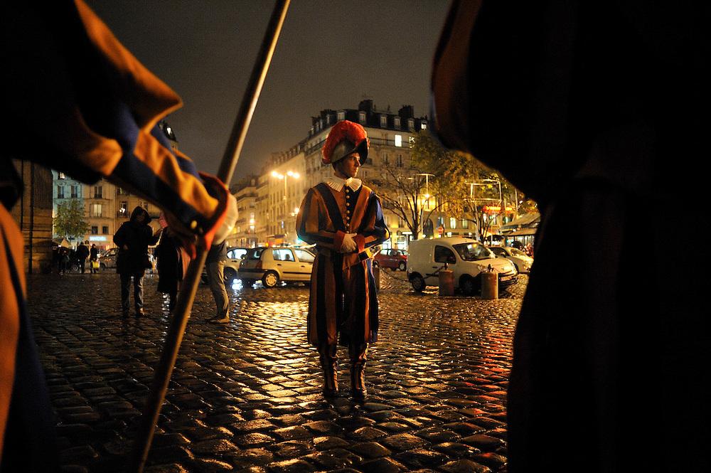 16 novembre 2014: A l'occasion des 1000 (mille) ans du clocher de l'&eacute;glise Saint Germain des Pr&eacute;s une sc&eacute;nographie est organis&eacute; dans l'&eacute;glise. Des figurants r&eacute;p&egrave;tent leur role de garde Suisse sur le parvis de l'&eacute;glise.<br /> <br /> November 16, 2014 : In the occasion of 1000 ( thousand ) years of the steeple of the church of Saint Germain des Pr&eacute;s scenography is organized in the church. Actors repeat their  Swiss guard roles on the front of the church.