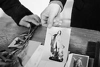 Reportage sviluppato ad Alessano (LE). Viene presa in considerazione fotograficamente, la gente che popola il paese nei suoi bar, piazze, strade, giardini pubblici. Ed, insieme a questa, i particolari e gli eventi caratterizzanti il luogo...Domenica delle Palme..I fedeli mostrano icone sacre ed un ramo d'ulivo, durante la santa messa.
