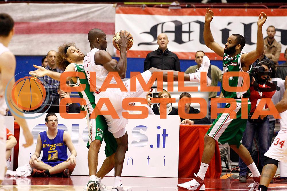 DESCRIZIONE : Milano Lega A 2010-11 Armani Jeans Milano Montepaschi Siena<br /> GIOCATORE : Benjamin Eze<br /> SQUADRA : Armani Jeans Milano<br /> EVENTO : Campionato Lega A 2010-2011<br /> GARA : Armani Jeans Milano Montepaschi Siena<br /> DATA : 14/04/2011<br /> CATEGORIA : Rimbalzo<br /> SPORT : Pallacanestro<br /> AUTORE : Agenzia Ciamillo-Castoria/G.Cottini<br /> Galleria : Lega Basket A 2010-2011<br /> Fotonotizia : Milano Lega A 2010-11 Armani Jeans Milano Montepaschi Siena<br /> Predefinita :