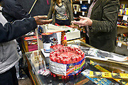 Nederland, Nijmegen, 31-12-2016Bij een vuurwerk verkooppunt wordt siervuurwerk verkocht om af te steken met de jaarswisseling .Foto: Flip Franssen