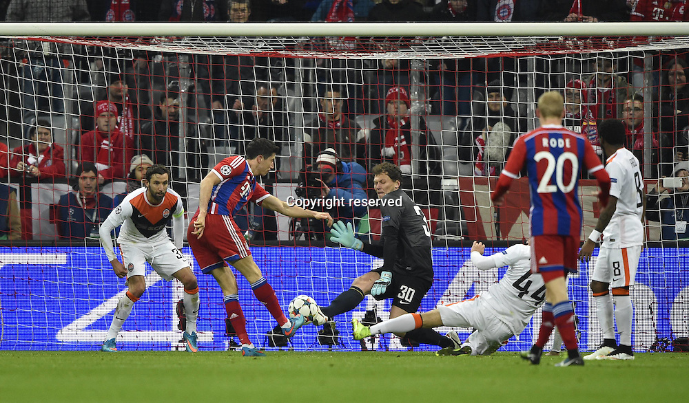 11.03.2015. Allianz Stadium, Munich, Germany. UEFA Champions League football. Bayern Munich versus Shakhtar Donetsk.  Robert Lewandowski FC Bayern Munich shoots past keeper Andriy Pyatov FC Shakhtar Donetsk The game ended 7-0 to Bayern over Shakhtar.