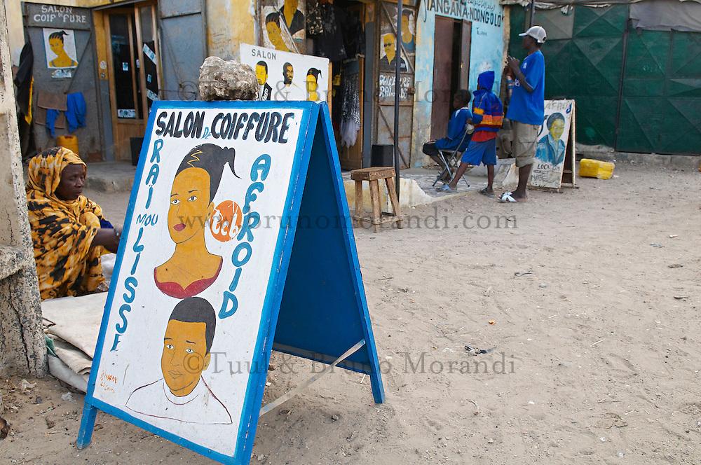 Senegal, Saint Louis du senegal, Patrimoine mondial de l UNESCO. Coiffeur local. Ecole coranique. // Senegal, city of Saint Louis, Unesco World Heritage. Local hairdresser. Coranic school.