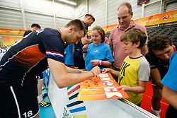 20170524 NED: 2018 FIVB Volleyball World Championship qualification, Koog aan de Zaan<br />Robbert Andringa (18) of The Netherlands, autograph<br />©2017-FotoHoogendoorn.nl / Pim Waslander