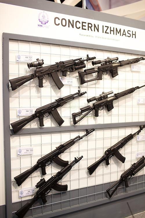 """IDEX 2011 in Abu Dhabi. ASIEN, VEREINIGTE ARABISCHE EMIRATE, EMIRAT ABU DHABI, ABU DHABI, 21.02.2011: Die International Defence Exhibition & Conference 2011 (IDEX) findet alle zwei Jahre in Abu Dhabi statt. Am Stand der Firma Izhmash. Auf der Izhmash Webseite heisst es: Founded in 1807, JSC """"Concern """"Izhmash"""" is an original designer and manufacturer of Kalashnikov assault rifle and other weapons."""