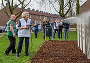 Prinses Beatrix doet vrijwilligerswerk bij Speeltuin Kloosterplantsoen in het kader van NLDoet. Leden van het koninklijk huis zetten zich in tijdens de nationale vrijwilligersactie.<br /> <br /> Princess Beatrix does volunteer work at Playground Monastery parking facilities under NLDoet. Members of the royal family committed during the national volunteer action.